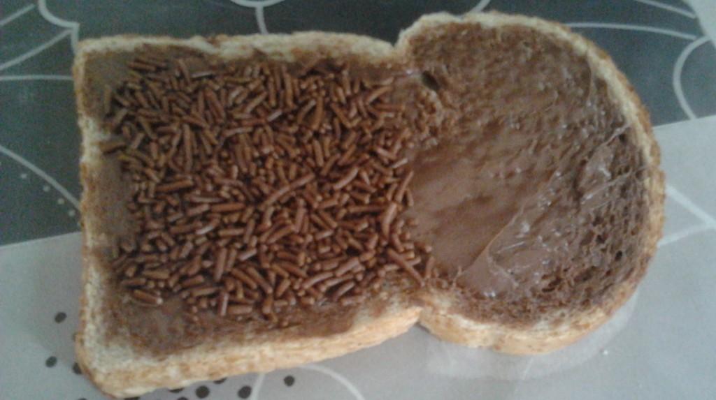 boterham met chocoladepasta en hagelslag