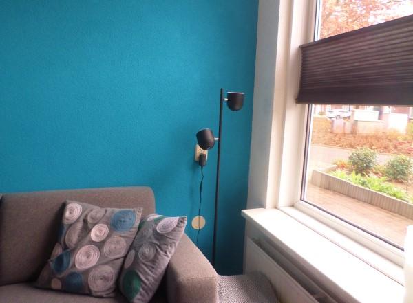 blauwe muur interieurstyliste, turquoise muur in woonkamer, felle kleuren in woonkamer