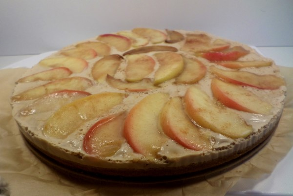 herfstige taart met speculaas, koffie en gekaramelliseerde appel, herfstaart, appeltaart anders dan anders, no bake appeltaart, appeltaart zonder oven, bakken zonder oven, mokka, speculaasbodem, koekjesbodem