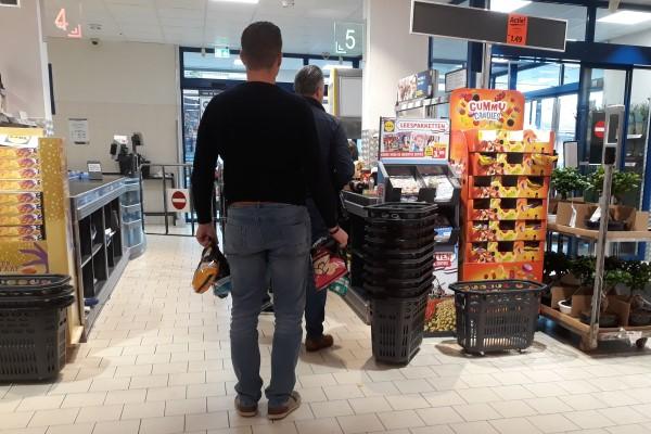 Klein leed supermarkten, lange rijen voor de kassa