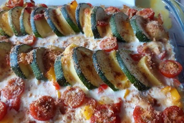 Recept budgetproof gezonde avondmaaltijd, vegetarische ovenschotel met courgette, aardappel, paprika en tomaatjes