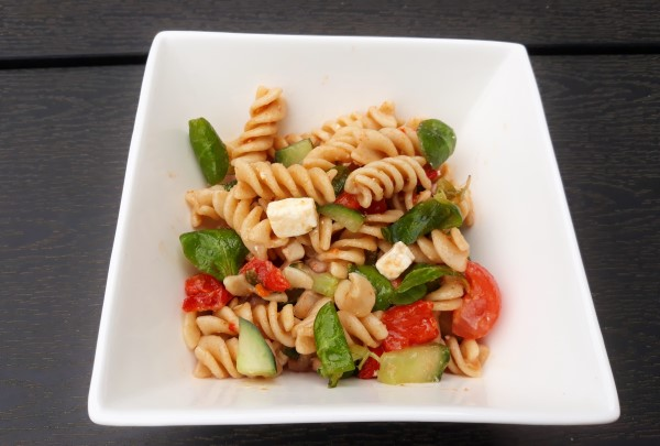 Recept frisse vegetarische pastasalade met paprika, feta en tomaatjes