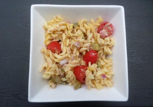 Recept lekkerste pastasalades (2) pastasalade met tonijn, augurk, rode ui en snoeptomaatjes