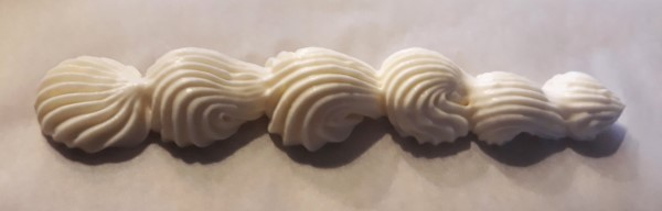 Toeven spuiten voor beginners, toefjes op taart spuiten met spuitzak, cupcake toeven maken. schelpjes spuiten