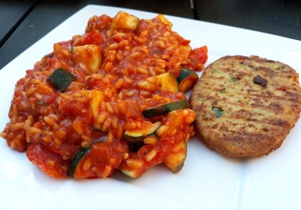 Vegan tomatenrisotto met courgette, paprikaburger Stegeman