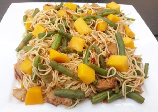Zomerse mie met mango en sperzieboontjes (vegetarisch recept)
